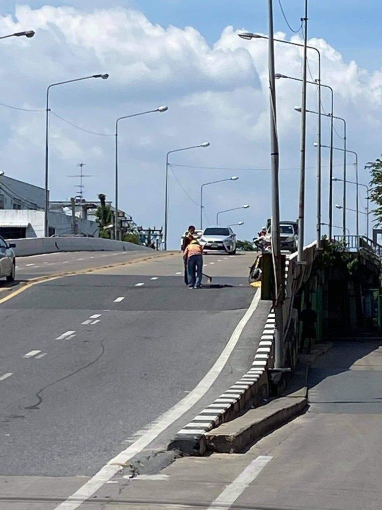 วินมอเตอร์ไซค์ซ่อมถนน