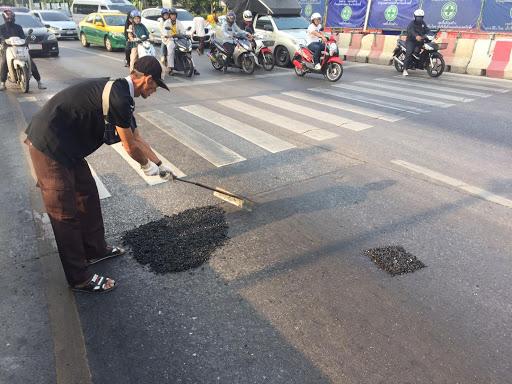 ข่าววินมอเตอร์ไซค์ซ่อมถนน